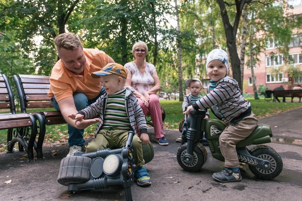 Дмитрий Лалетин воспитывает в одиночку троих сыновей