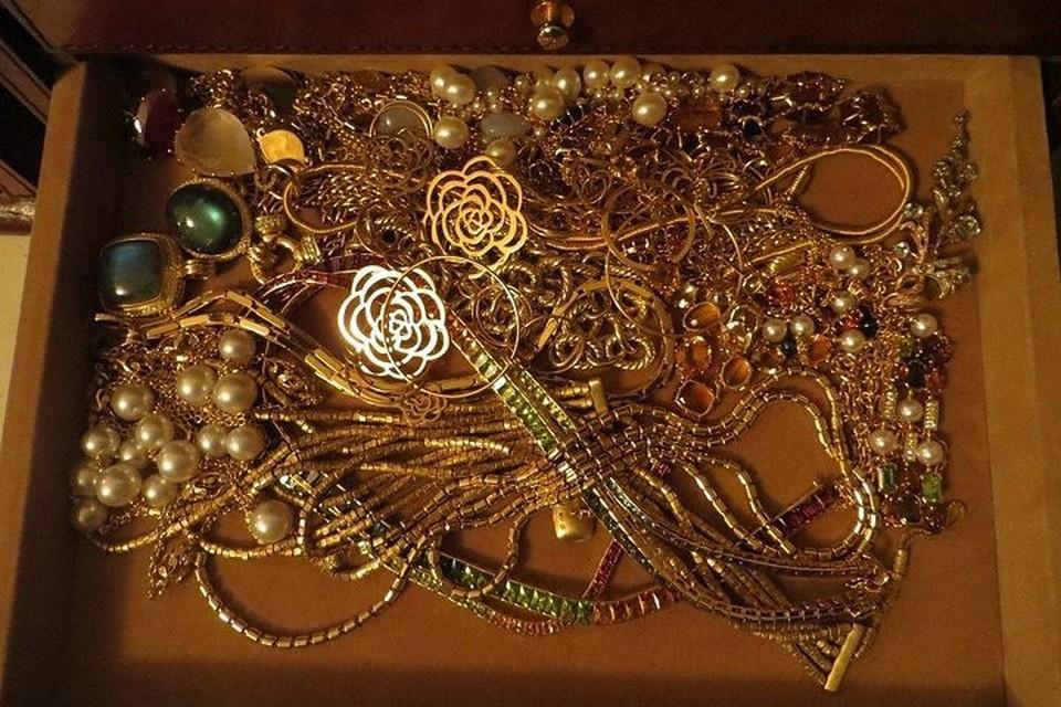 Новокузнечанка нашла на скамейке сумку с золотом на 7 200 000 рублей.