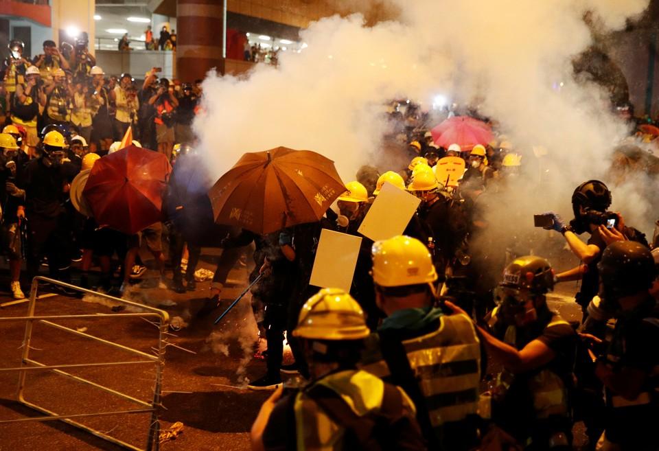 Полиция применила слезоточивый газ.
