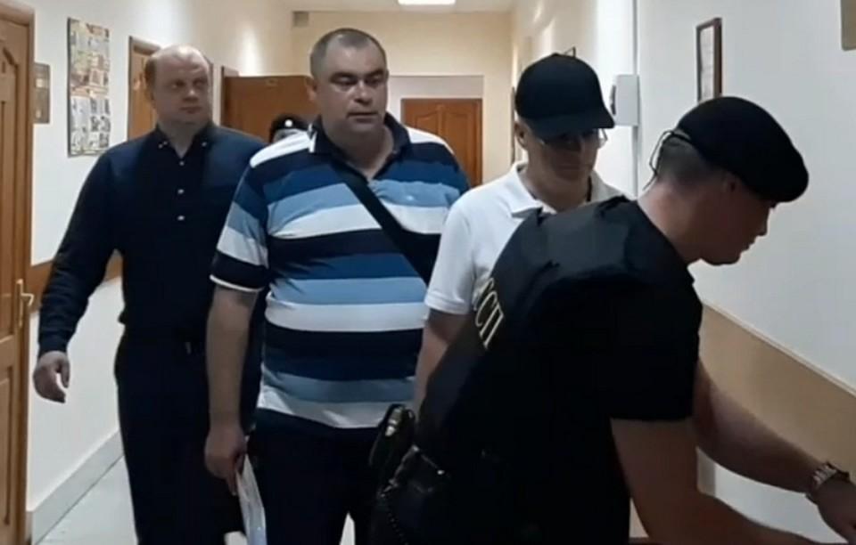 В зал суда все трое экс-полицейских заходили с высоко поднятой головой