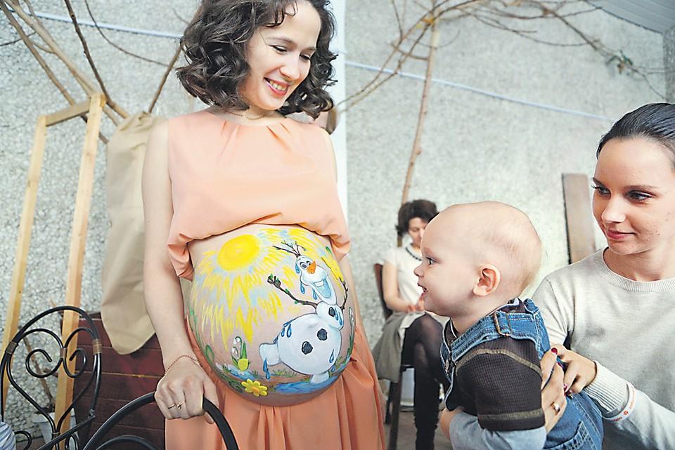 Разорение работодателя не должно омрачать радости материнства. Если в организации финансы поют романсы, пособия будущей маме выплатит Фонд соцстраха
