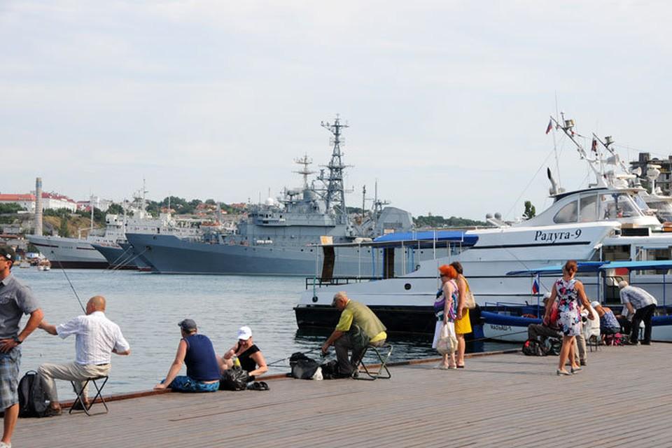В Севастополе отдых рядом с боевыми кораблями Черноморского флота – обычное дело.