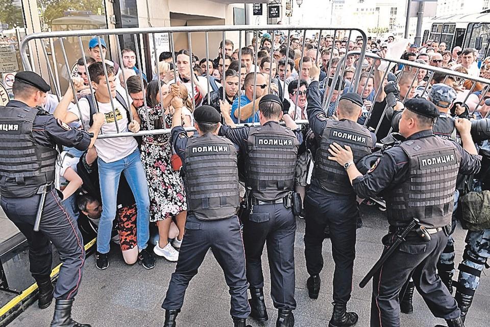 Протестующие переворачивали железные заграждения, заливали из баллончиков омоновцев выжигающим глаза перцем.