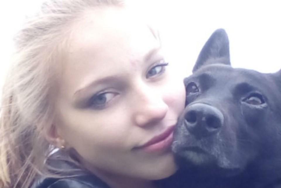 """Вика и ее любимица - собачка Варя, которую девочка и ее мама взяли из приюта. Фото: со странички Виктории в """"ВКонтакте""""."""