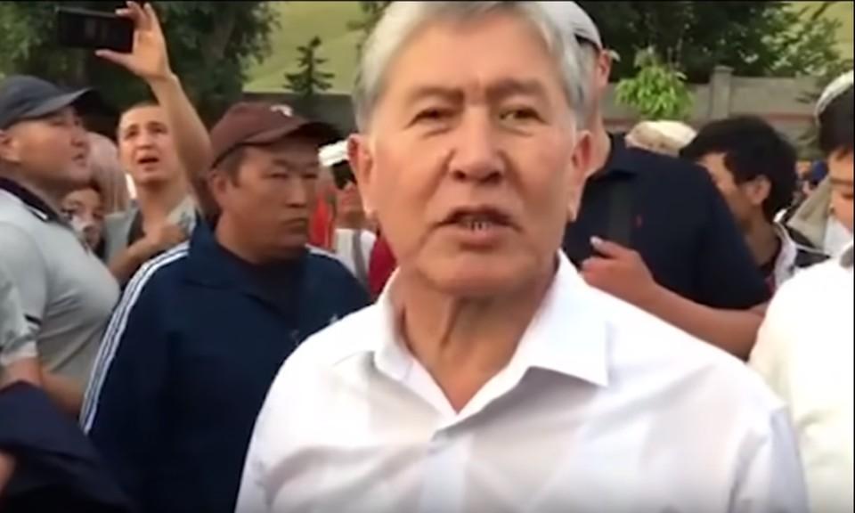 Алмазбека Атамбаева защищают около 400 сторонников.