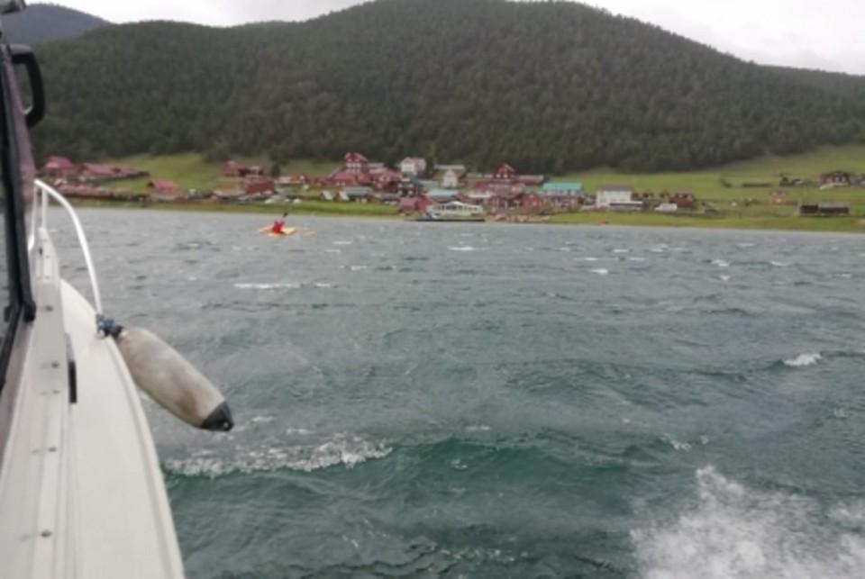Турист из Ижевска чудом выжил в шторм на Байкале после того, как опрокинулся его катамаран.