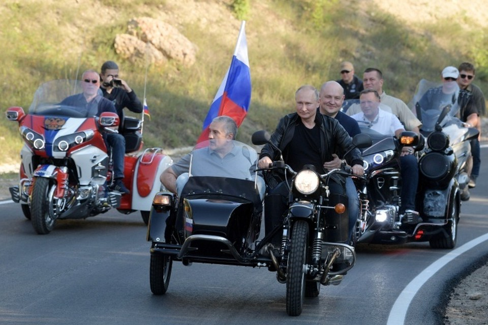 Президент России Владимир Путин приехал на байк-шоу «Ночных волков» в Крыму на мотоцикле «Урал»