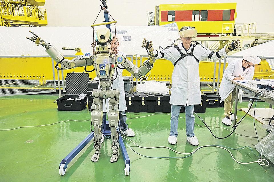 """Идеальным вариантом помощника является антропоморфный робот, копирующий действия человека. Фото: пресс-служба """"Роскосмоса"""""""