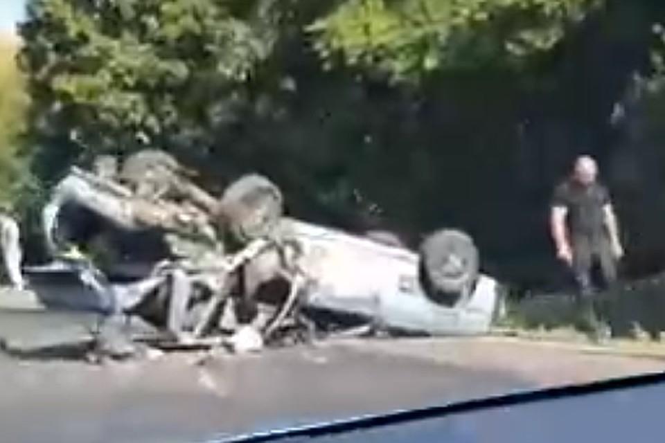 Последствия аварии попали на регистратор проезжавшей машины.