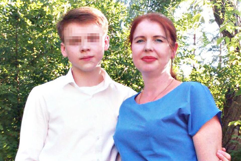 Последняя фотография, где сын и убитая им мать вместе.