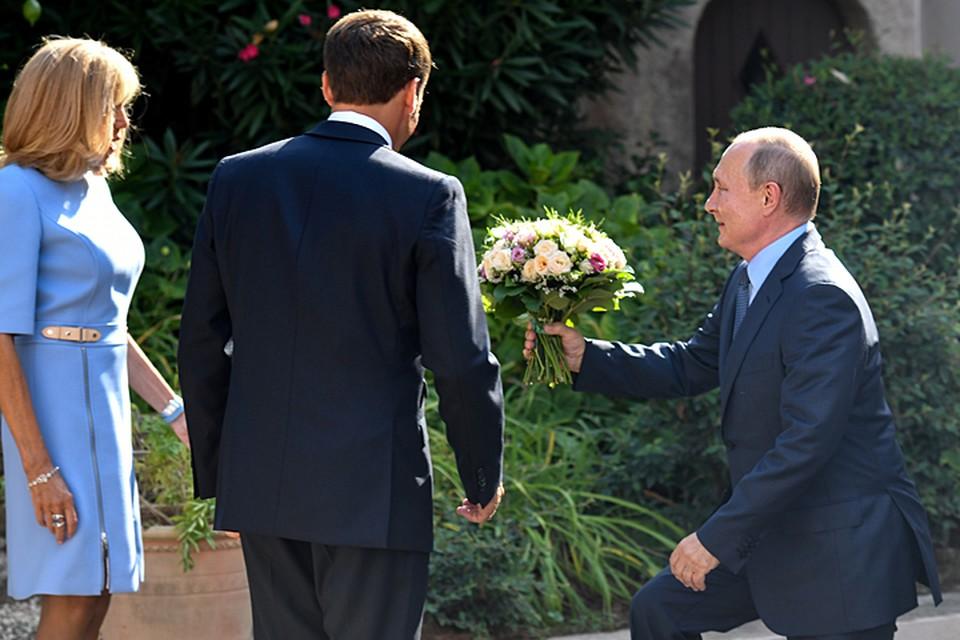 Владимир Путин преподнес цветы супруге президента Франции Бриджит Макрон