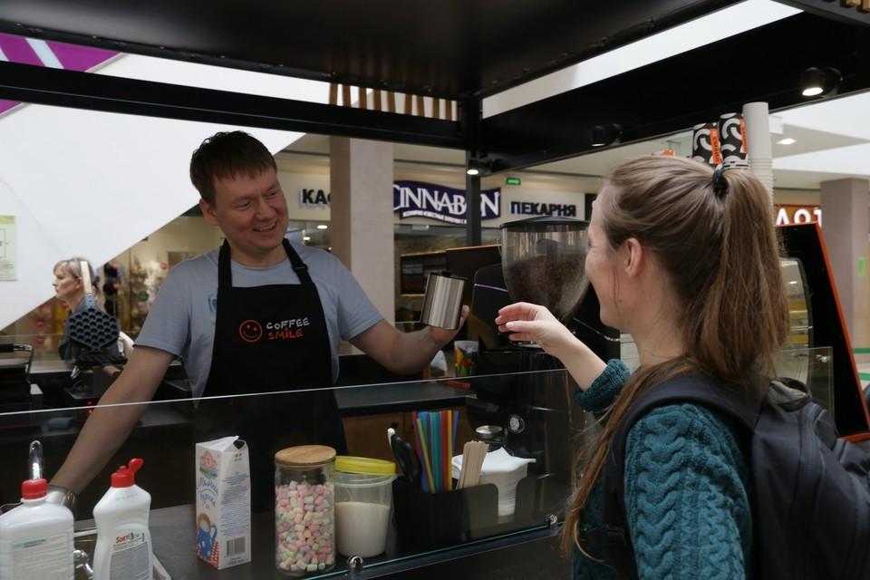 Некоторые бариста давно привыкли к людям, которые покупают кофе в свою тару