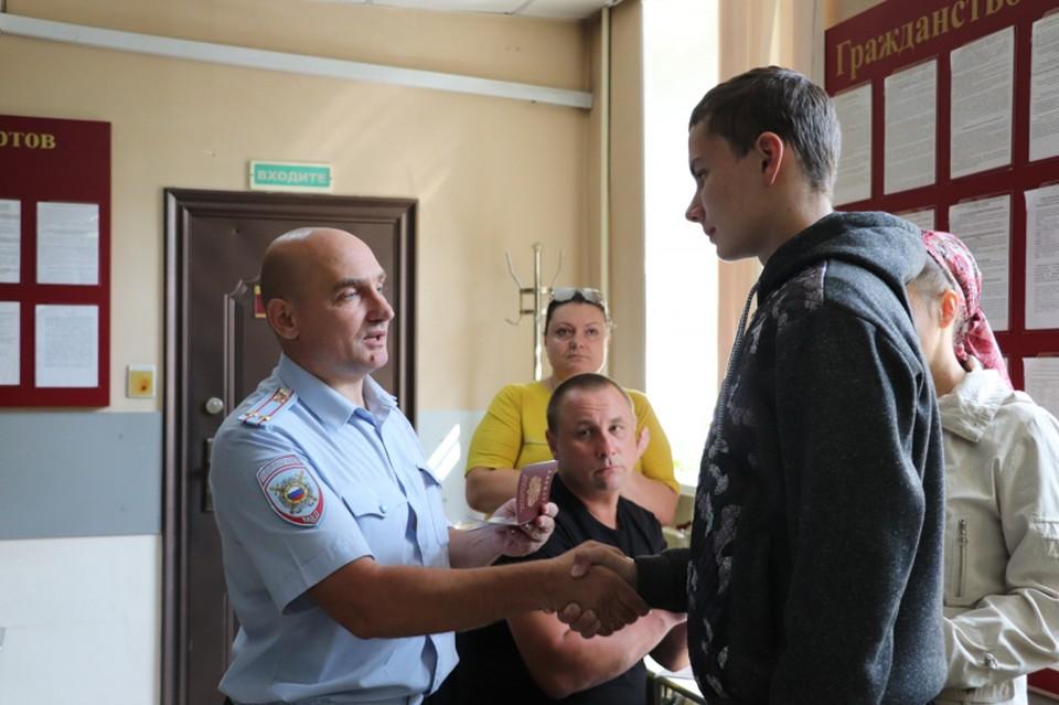 Вручение паспорта Фото: ГУ МВД по Красноярскому краю
