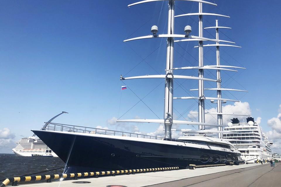 "Black Pearl - крупнейшая парусная яхта в мире. Ее длина - 106 с лишним метров, ширина - 15. Фото: пресс-служба порта ""Морской фасад""."