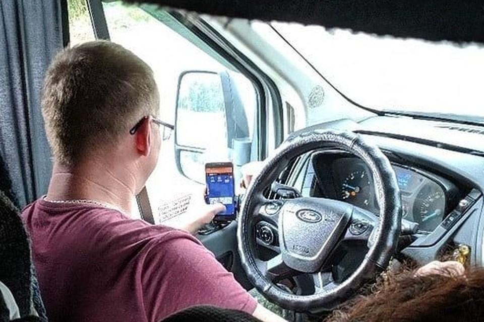 Водитель маршрутки умеет и за дорогой следить, и попутно в карты играть. Фото: vk.com/pdsnvs.