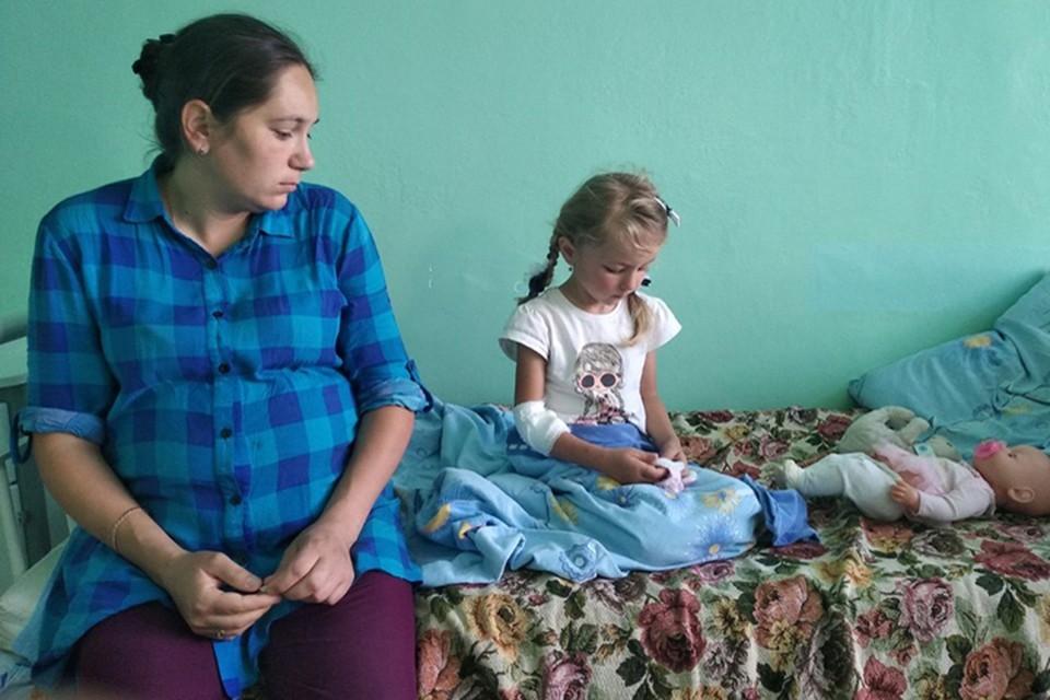 Спасенную 5-летнюю Зарину Авгонову нижегородцы заваливают сладостями. Фото: Сергей Шухрин