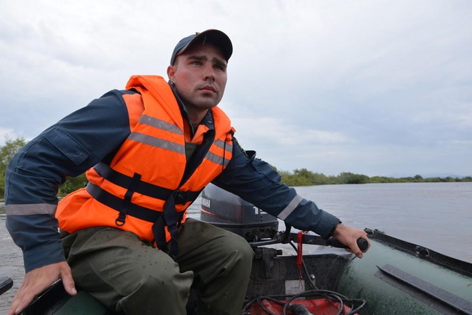 Выли и звали на помощь: В Комсомольске-на-Амуре спасатели вызволили собак из водяного плена