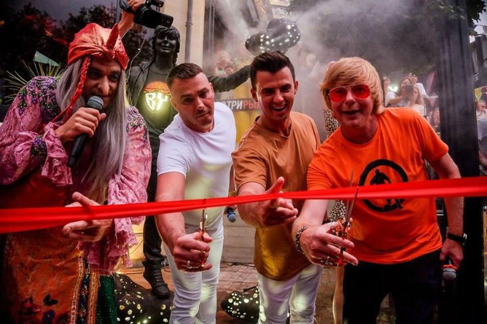 Баба Яга и Рыжий из «Иванушек» открыли скульптуру «Счастливчику» в Сочи. Автор фото: Олег Петров.