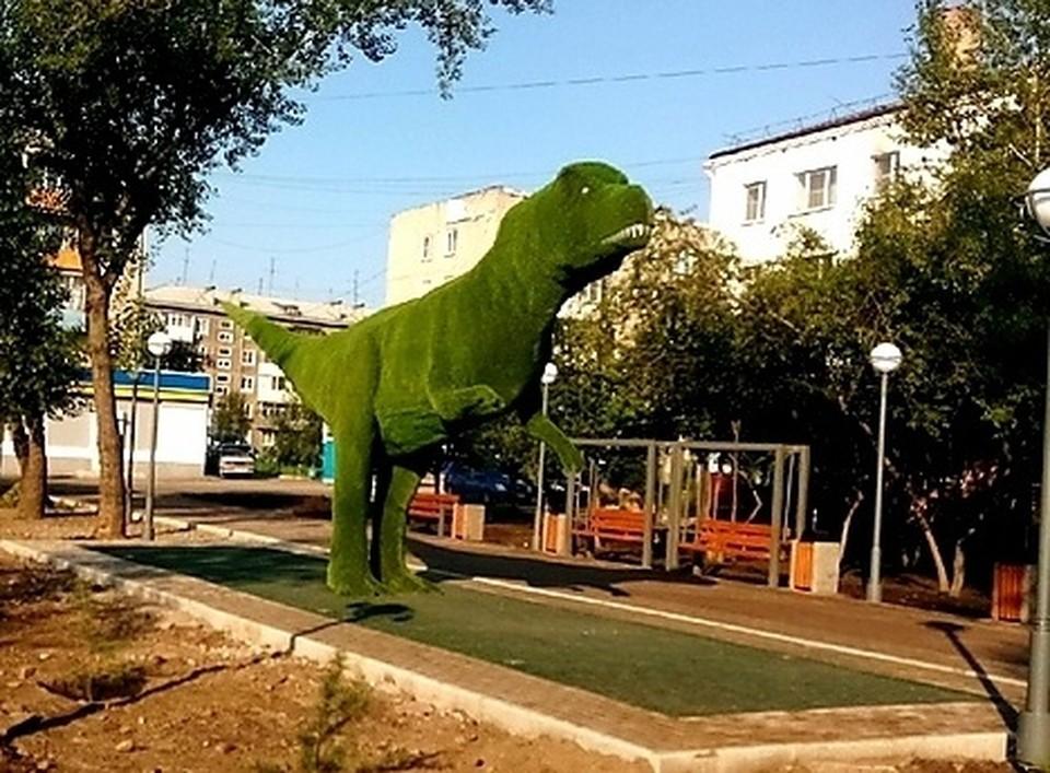 В Минусинске появился такой вот динозавр. Фото: Подслушано в Минусинске.