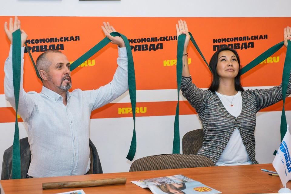 """В пресс-центре """"Комсомольской правды"""" показали, как делать зарядку, не отходя от рабочего стола."""