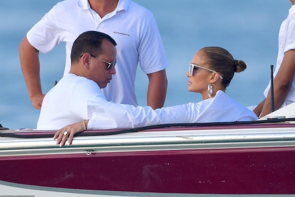 Дженнифер отдыхает в Сан-Тропе с женихом Алексом Родригесом.