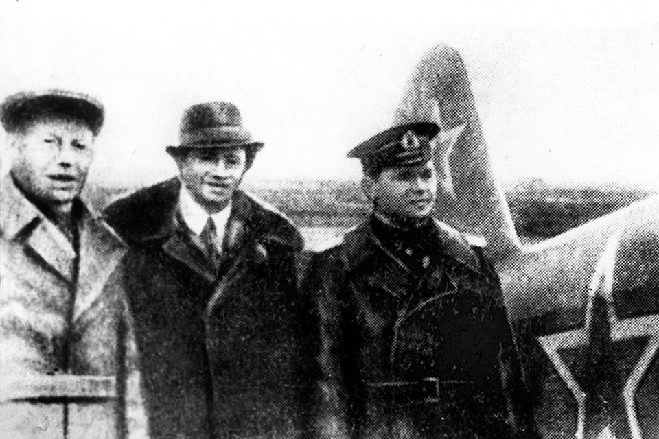 Вольф Мессинг купил на свои сбережения самолет и передал его летчику К.Ф.Ковалеву. На снимке: В.Г.Мессинг (в центре) и летчик К.Ф.Ковалев