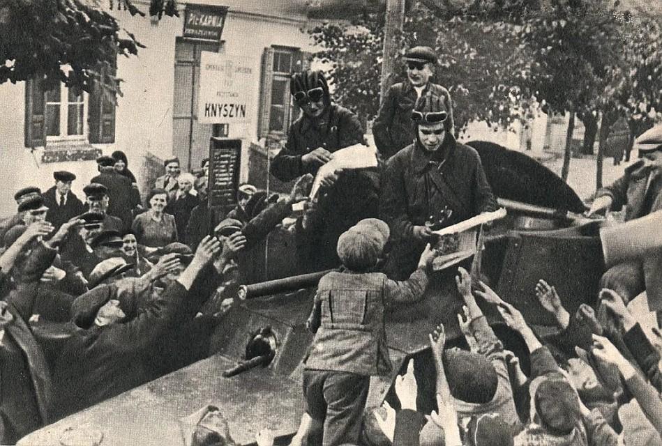 Поначалу Красную армию, которая 17 сентября 1939 года по договоренности с Германией ввела войска на территорию Польши, встречали восторженно: «Свои пришли!..» Фото: pikabu.ru.