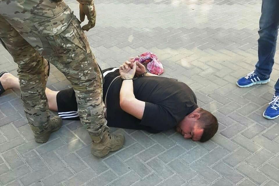 Сотрудника полиции задержали около собственного дома. Фото: соцсети.
