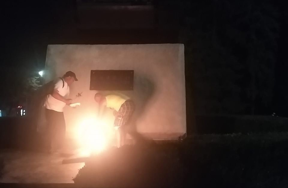 """""""Сырым мясо есть не будешь"""": В Молдове двое мужчин жарили мясо на Вечном огне"""