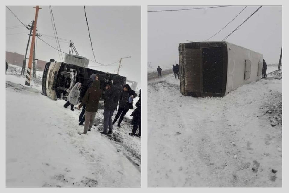 В Норильске из первого снегопада перевернулся автобус с людьми: пострадало четверо. Фото: паблик Типичный Норильск.