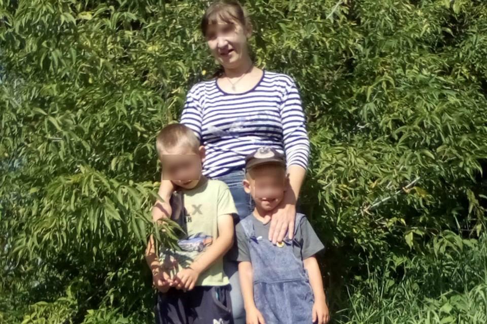 Женщина одна воспитывала двоих сынишек - 7-летнего Ваню (на фото слева) и 5-летнего Костю.