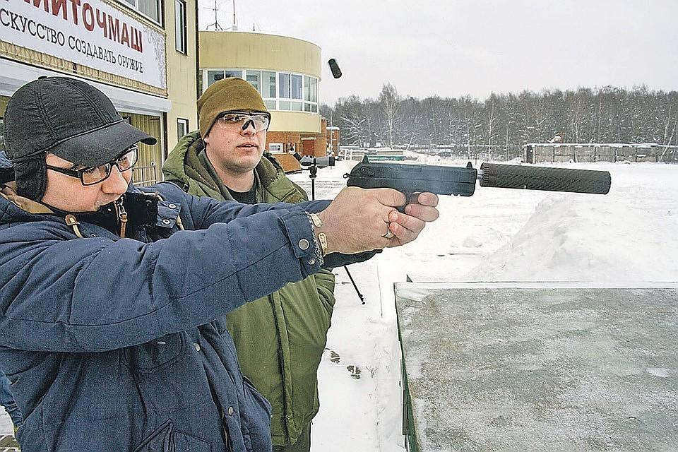 Корреспондент «Комсомольской правды» Александр Бойко (на фото - слева) и конструктор «Удава» Иван Козлов на стрельбище.