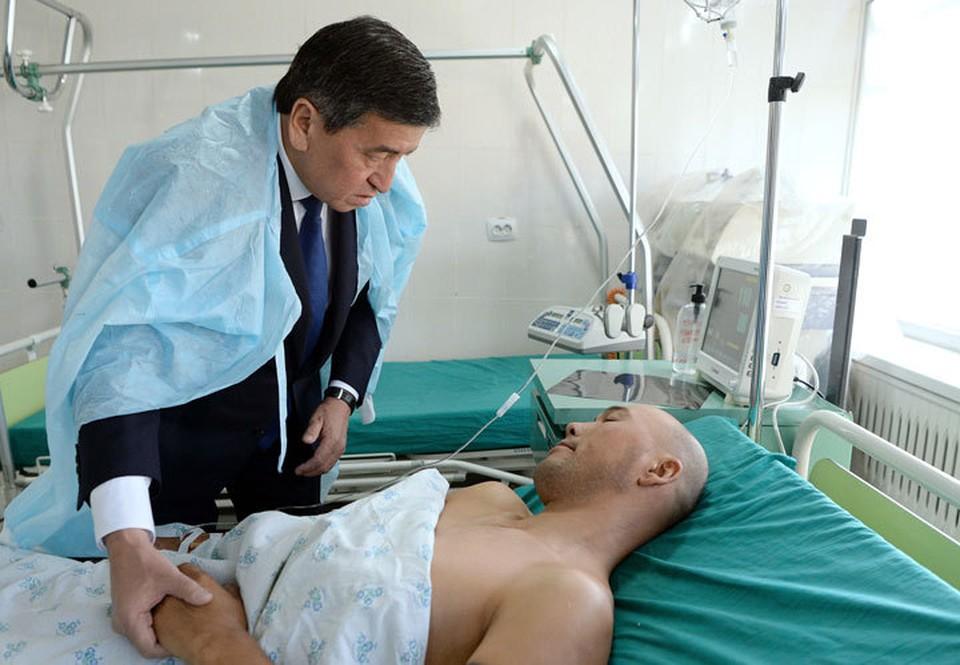 Раненным передали материальную помощь от имени президента.