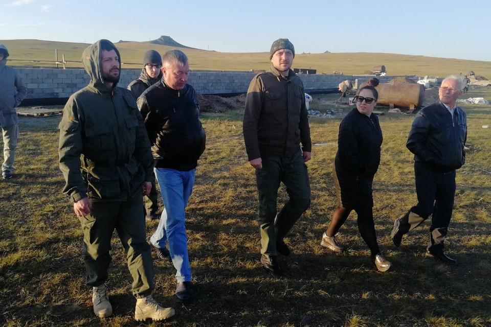 Александр Осипов (слева) лично приехал в село Тасырхой вручить ключи новоселам. Фото: пресс-служба правительства Забайкалья.