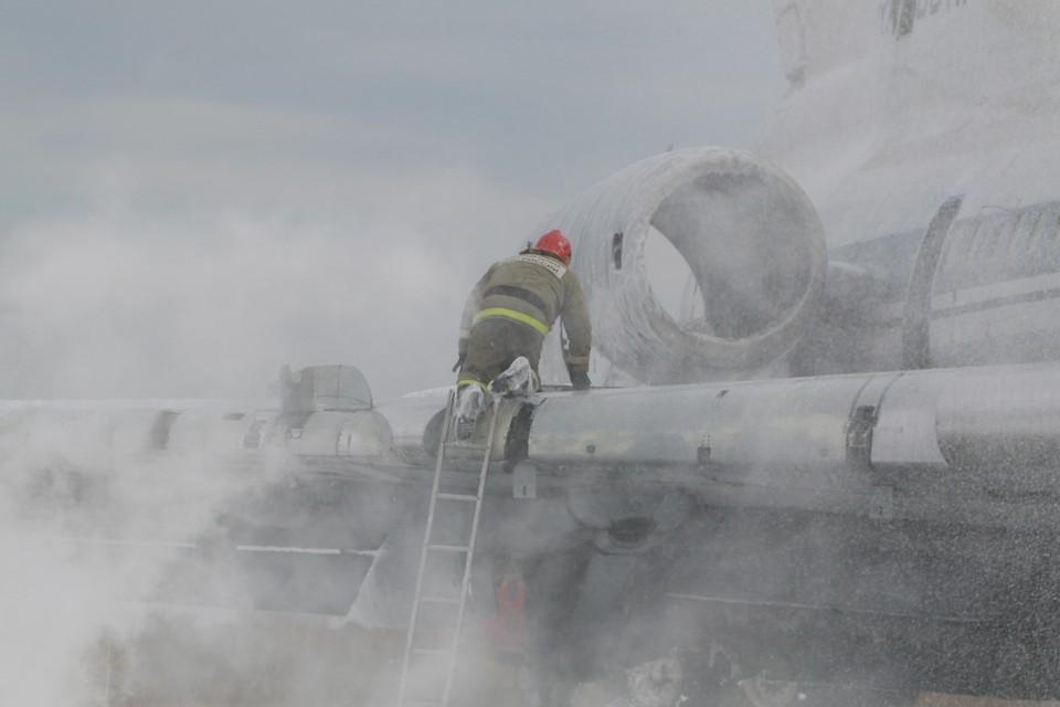 Горящий самолет потушили в аэропорту Барнаула