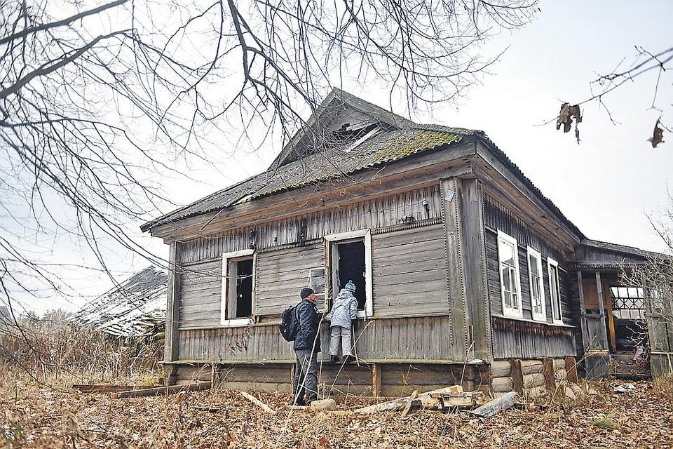 Эта тверская деревня Халютино умерла всего несколько месяцев назад - дома только начали разорять мародеры.