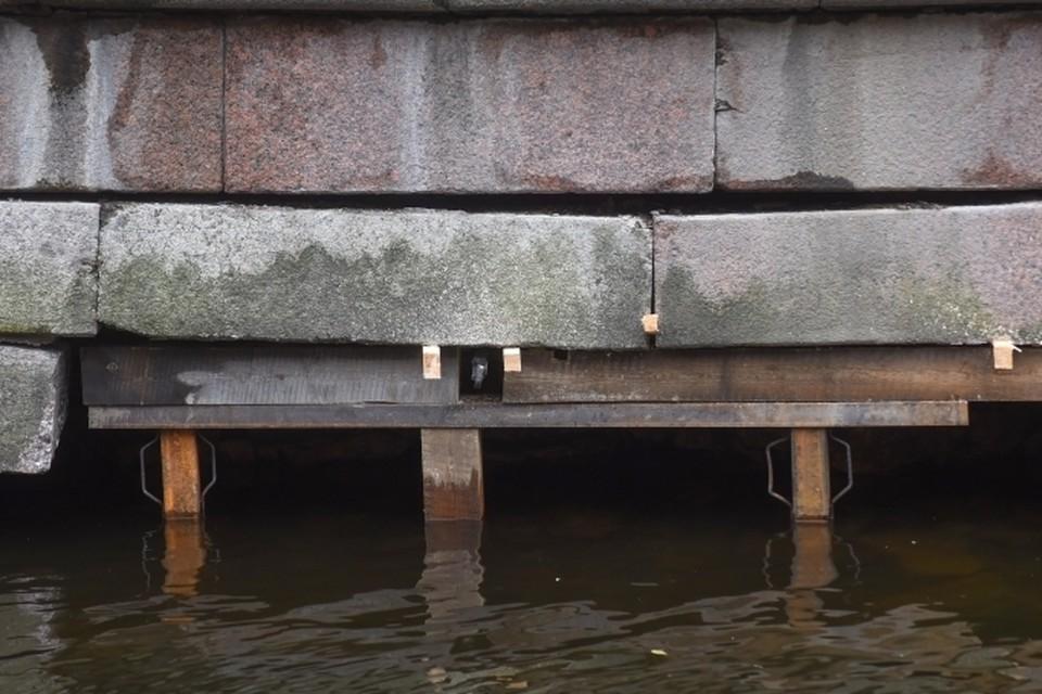 Гранитные блоки на набережной канала Грибоедова укрепили специалисты. Фото: Пресс-служба СПб ГБУ «Мостотрест»