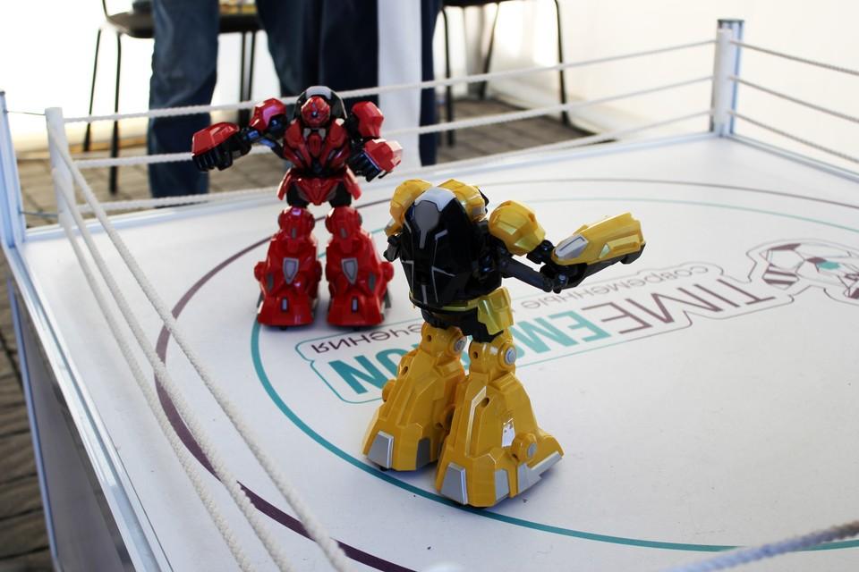В центре Севастополя роботы устроили битву на ринге