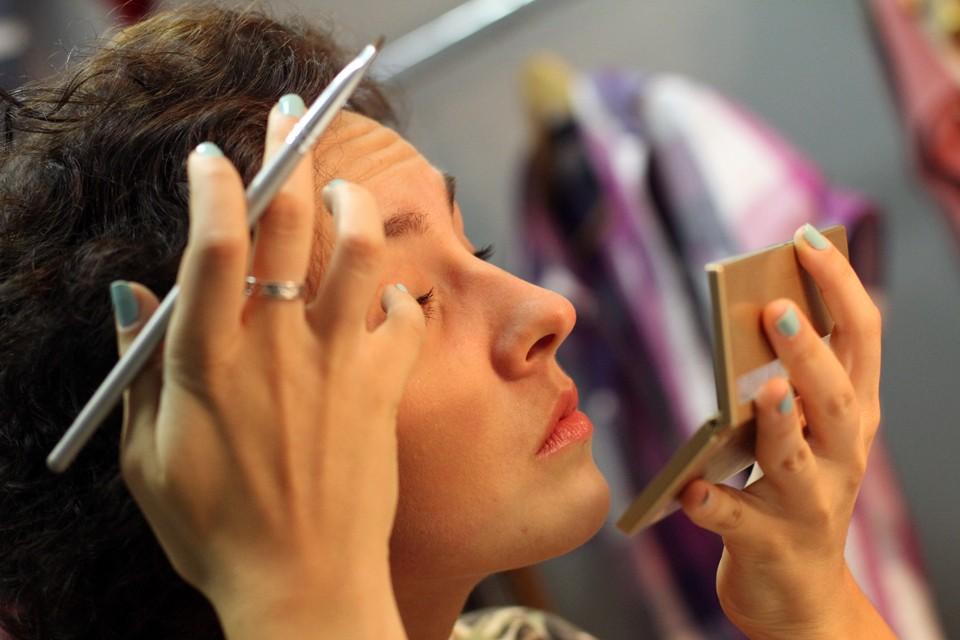 Яркий обильный макияж в целом безопасен для глаз если наносить его правильно. Фото: Никаноров Георгий
