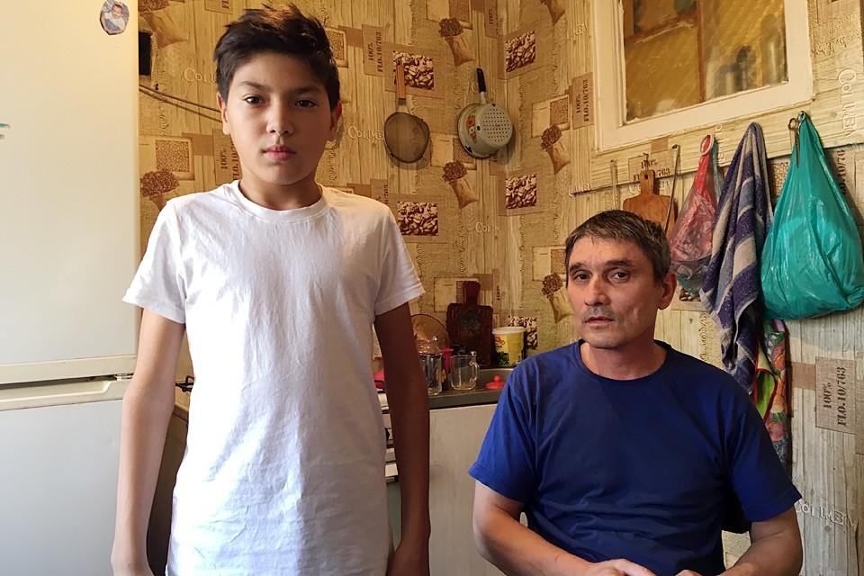 Обвиняемый Вадим Ниязов, 7 класс: то признаётся, что взрывал, то отказывается. На фото с папой Эльдаром.