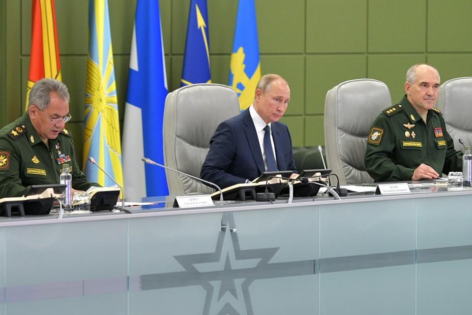 Под руководством президента были проведены пуски баллистических ракет из акватории Баренцева и Охотского морей. Фото: Алексей Дружинин/ТАСС