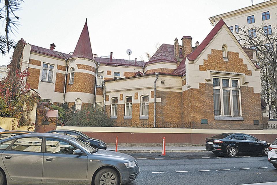 Федор Шехтель построил для себя в Ермолаевском вот такой замок.