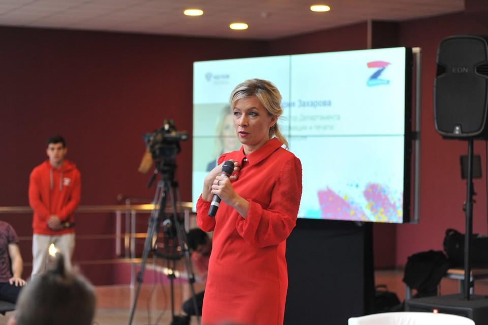 Мария Захарова выступает перед участниками лагеря «Поколение». Фотография предоставлена ФАДН России.