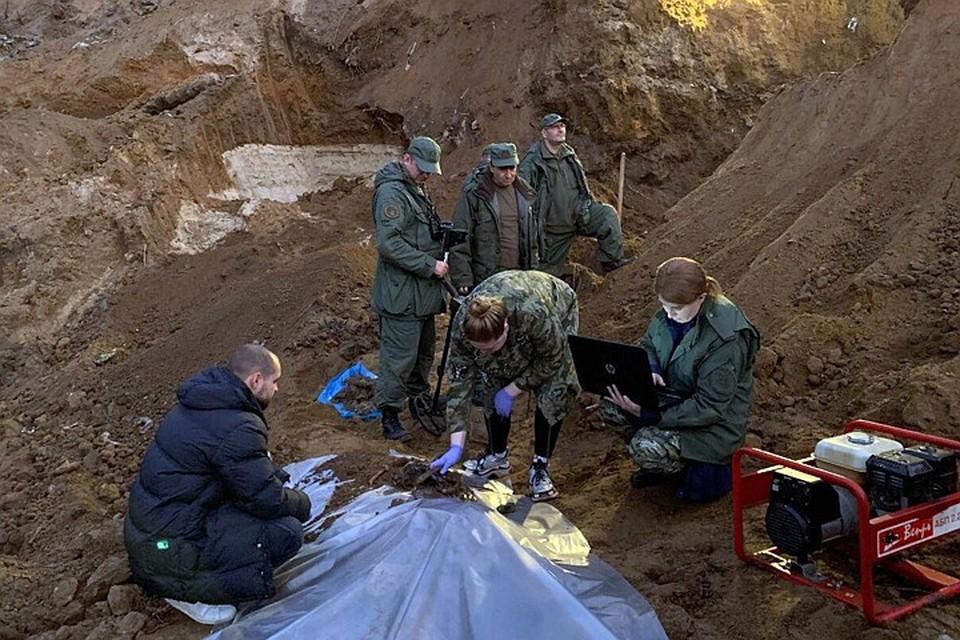 Перед тем, как закопать тела бандиты добивали своих жертв выстрелами в голову