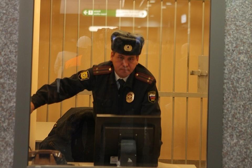 В одном из отделений полиции Петербурга умерла задержанная молодая женщина.