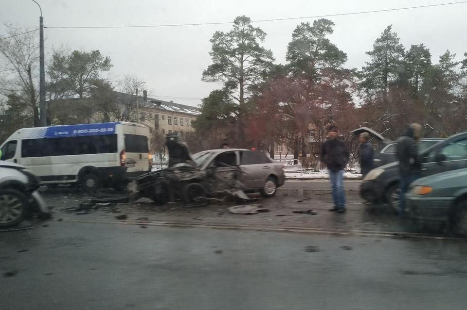 Разбиты три машины.