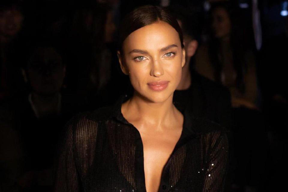 Ирина Шейк для выхода в свет выбрала полупрозрачную рубашку с глубоким декольте
