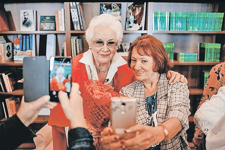 На встрече с легендарным диктором телевидения Анной Шатиловой выстроилась очередь из желающих сделать селфи на память. Фото: instagram.com