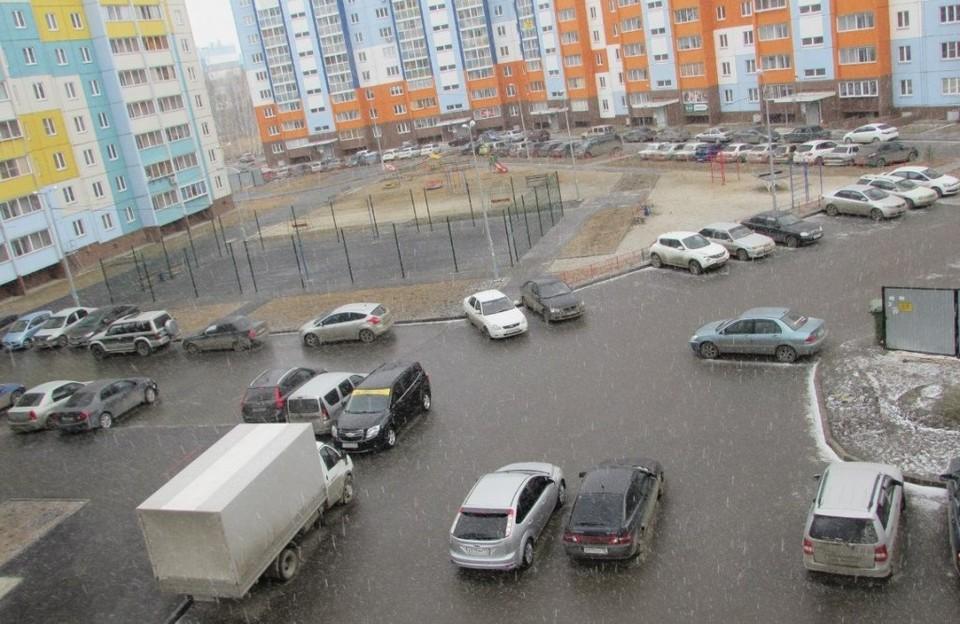 """В """"Парковом"""" очень много машин, но нет ни одной цивилизованной парковки. Фото: гhуппа """"Парковый"""" vk.com"""