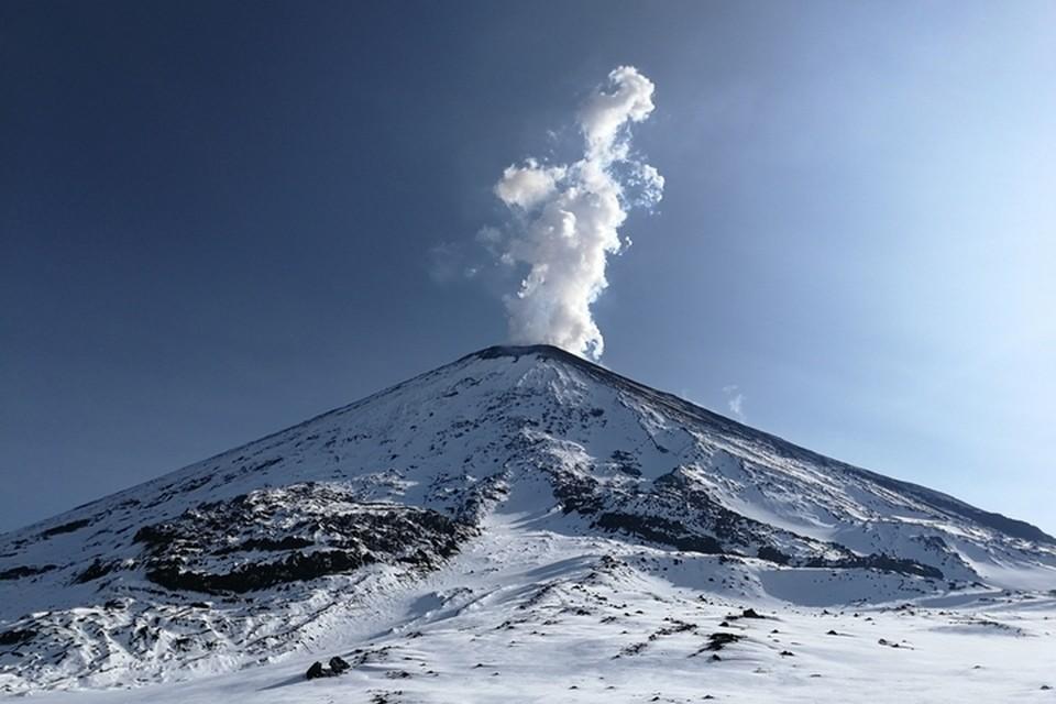 По словам специалистов, скоро над кратером появятся вулканические бомбы. Фото: Christian Kirchmayer/Институт вулканологии и сейсмологии ДВО РАН, KVERT